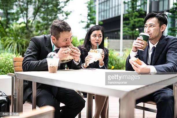 日本の実業家てランチ休憩