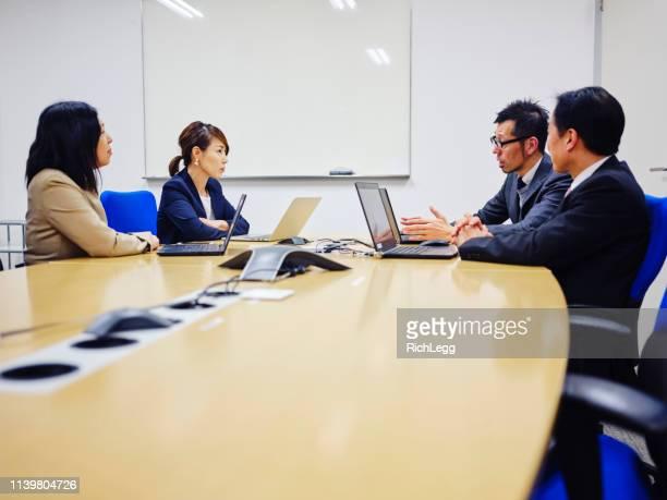 オフィスにいる日本人のビジネスマン - 日本人のみ ストックフォトと画像
