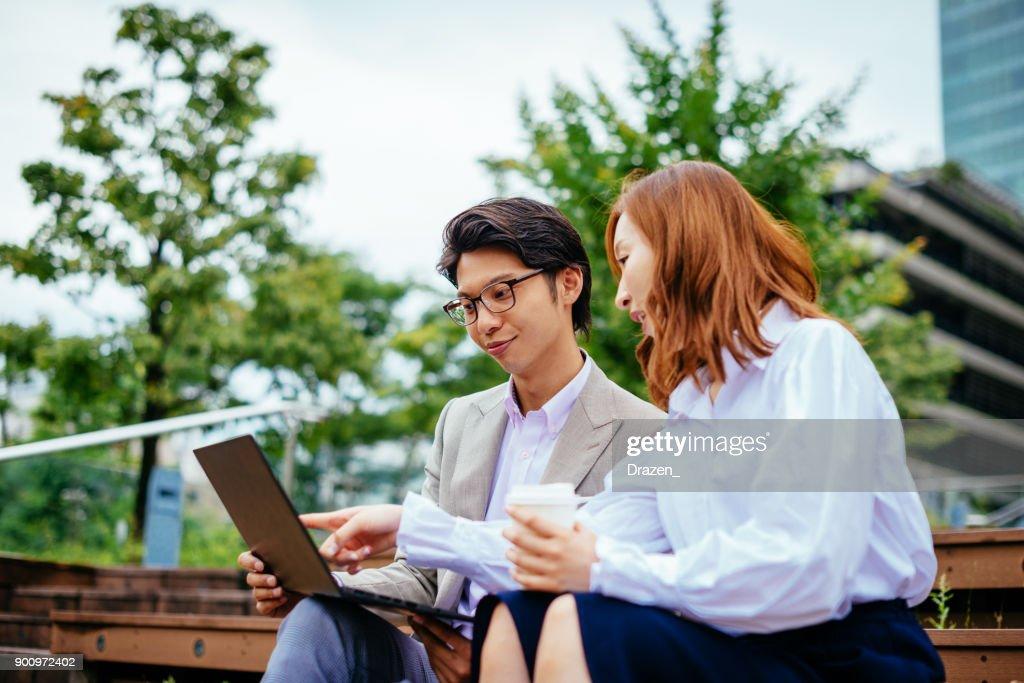 コーヒー ブレークにラップトップを使用して日本のビジネス人々 : ストックフォト