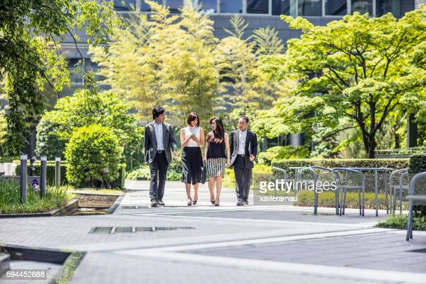japanese business people with mobile phone in street - 4人 ストックフォトと画像
