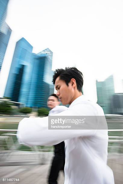 Japanische Business Laufen auf die rush auf die Stadt von Singapur