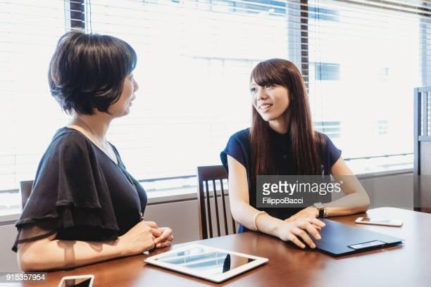 一緒に日本のビジネス チーム - インタビュー ストックフォトと画像