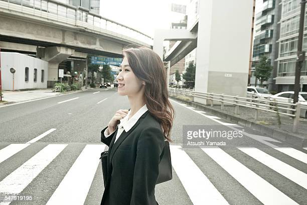 japanese business woman crossing street - 代々木 ストックフォトと画像