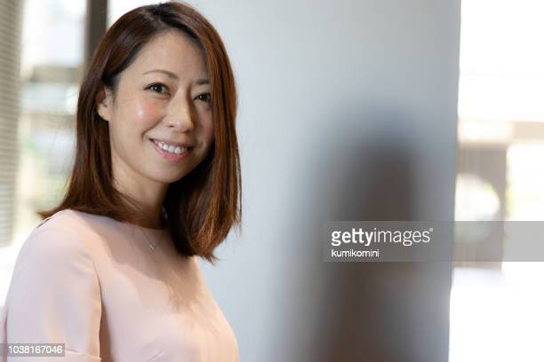 japanese business woman - solo una donna matura foto e immagini stock