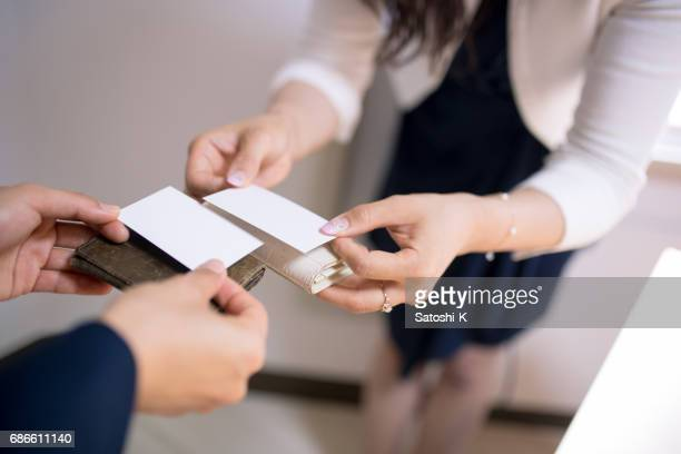 日本のビジネス女性の名刺を交換する