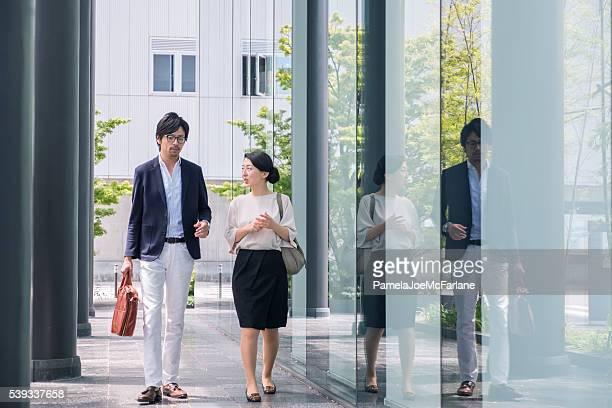 日本実業家、仕事一色と一緒にモダンなオフィスビル