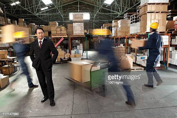 日本のビジネスマンと作業