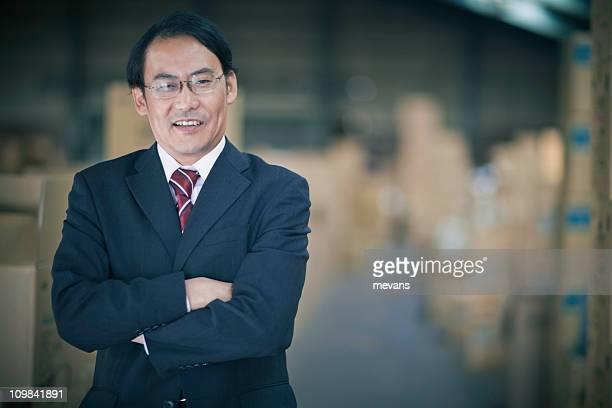 Giapponese Uomo d'affari in magazzino