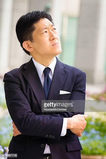 日本のビジネスマン見上げることでしょう。屋外での重大な懸念