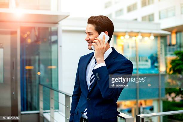 日本のビジネスマンの電話を屋外で、東京