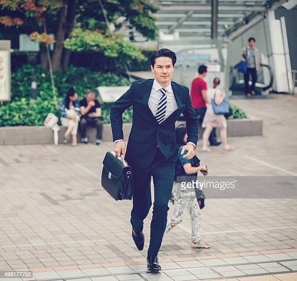 日本のビジネスマン屋外でのランニング - ビジネスマン ストックフォトと画像