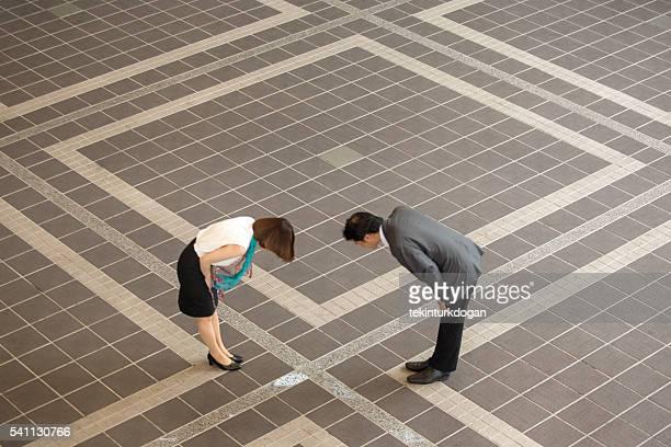 Japanische Geschäftsmann Salutieren weiblichen Kollegen im kyoto, japan