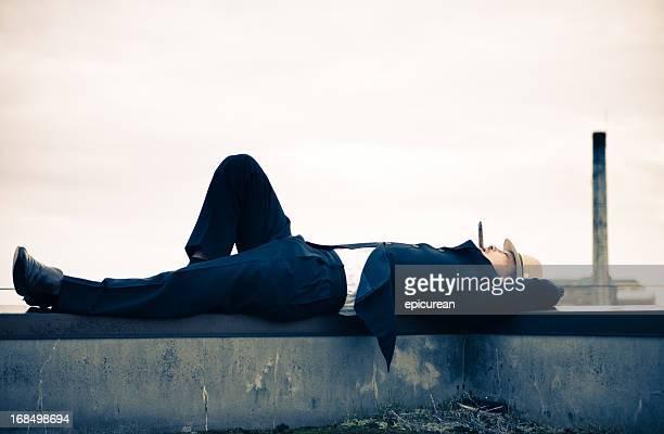 日本のビジネスマン喫煙葉巻を東京の屋上 - 昼寝 ストックフォトと画像