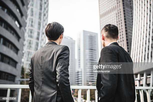 日本のビジネスマンの上に立つ