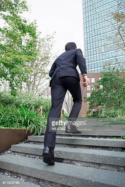 japanese businessman to run up the stairs - ルーキー ストックフォトと画像
