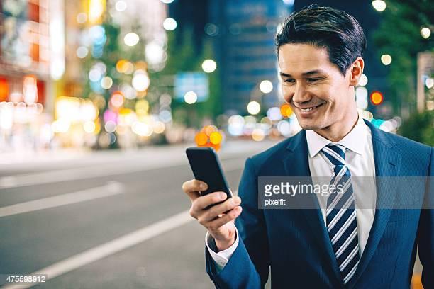 携帯電話、日本のビジネスマンを東京の夜には屋外