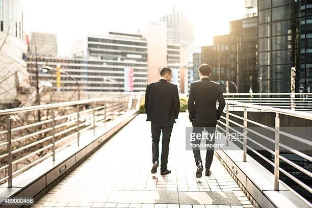日本のビジネスマン、徒歩や街で話している