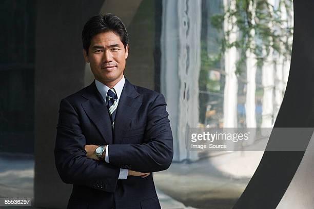 日本のビジネスマンが腕を組む