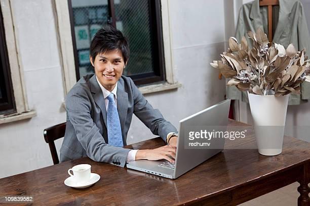 日本のビジネスマンのワークデスクには、コンピュータで