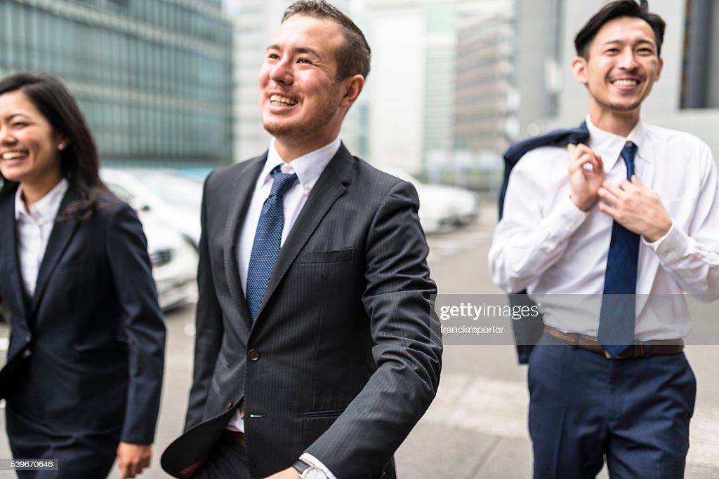 Japanische Geschäftsmänner auf der Straße von Osaka : Stock-Foto