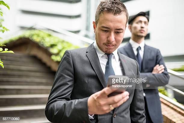 日本実業家を語る電話中のダウンタウン