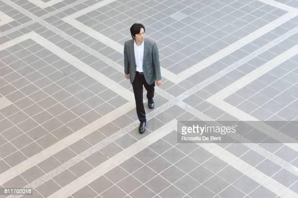 事務所に歩いている日本のビジネスマン