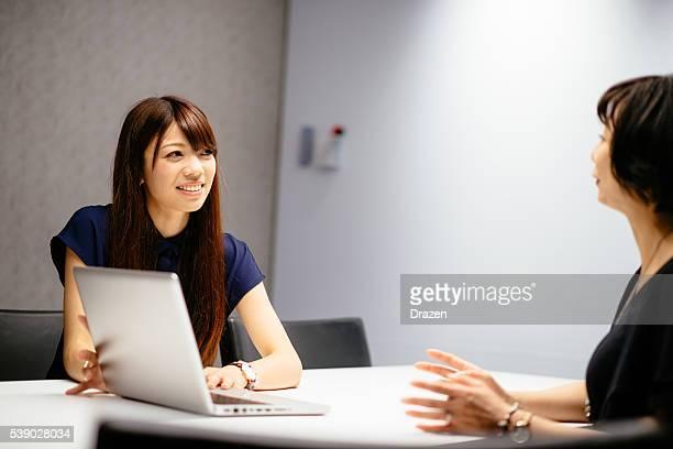 日本 ビジネスウーマン オフィスで働く新規、ノートパソコン