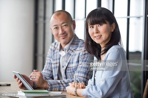 日本の busineswoman 、同僚 - 中年カップル ストックフォトと画像