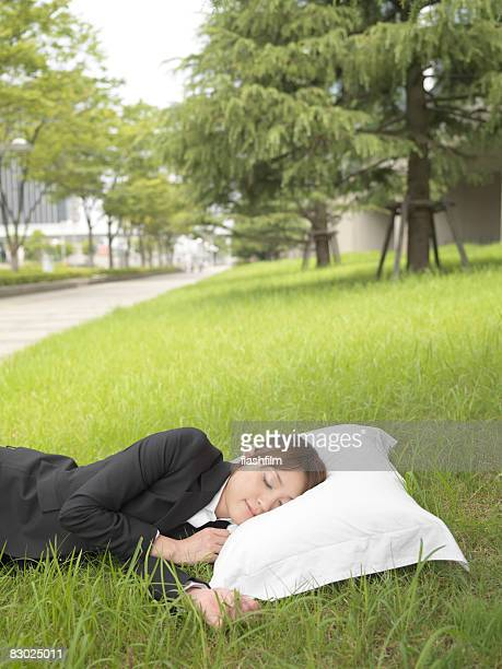 Japanische Business-Frau Schlafen auf dem Grün