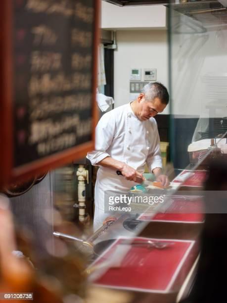 東京のレストランでシェフの作業