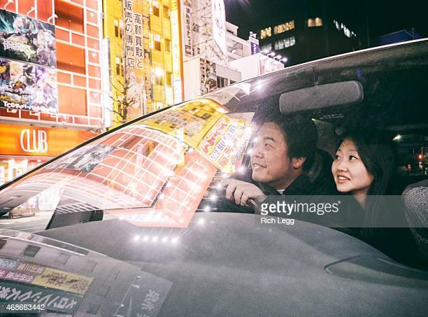 車に乗る日本のカップル Akihabara Tokyo