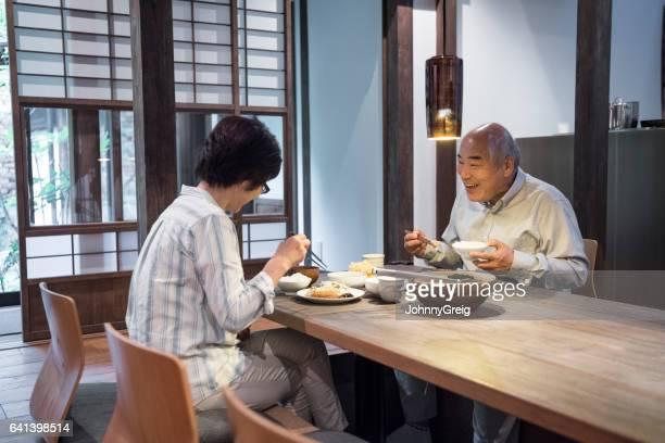日本人カップル楽しんで食事一緒には自宅 - 食事 ストックフォトと画像