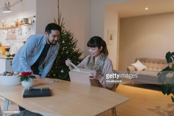 Japanisches Paar erhält Parzelle in der Weihnachtszeit