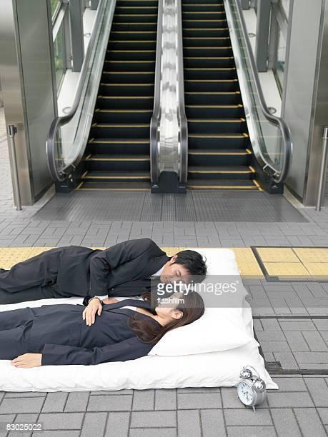 日本のカップルのベッドの上の布団