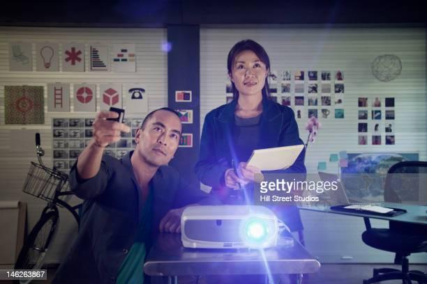 日本の同僚動作、プロジェクター - プロジェクター ストックフォトと画像