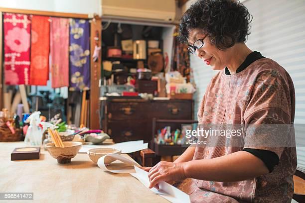 japanese craftsperson making a paper bowl - 工芸品 ストックフォトと画像