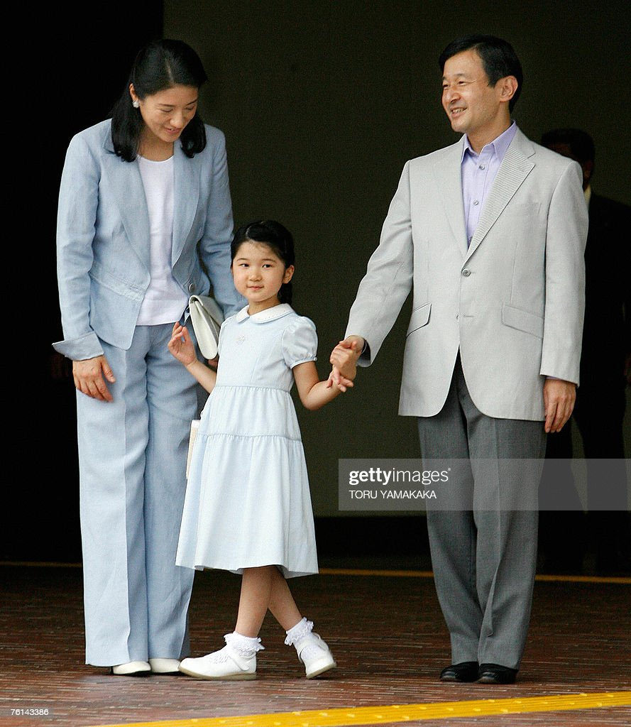 Japanese Crown Prince Naruhito (R), Princess Masako (L) share a light moment with their daughter Princess Aiko (C) upon their arrival at Nasushiobara Station, north of Tokyo, 17 August 2007. The royal family is off to spend their summer vacation at a highland imperial villa. AFP PHOTO/Toru YAMANAKA