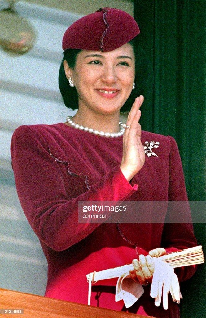 Japanese Crown Princess Masako smiles as she waves : News Photo