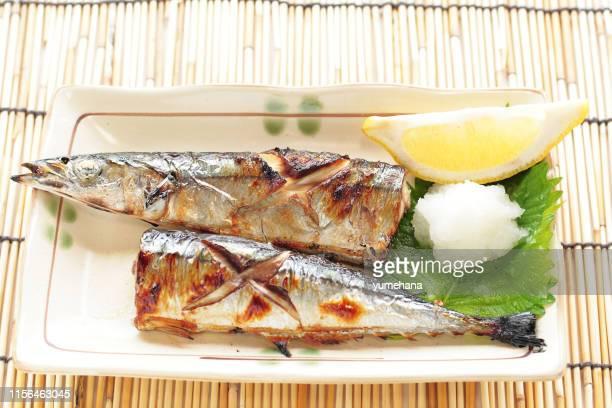 日本料理、秋の食べ物イメージのための太平洋のサウリサンマを焼く - 網焼き ストックフォトと画像