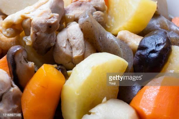 japansk mat, hälsosam grönsaks- och kycklinggryta recept. taro: gjord med morötter, rädisor, etc. - nimono bildbanksfoton och bilder
