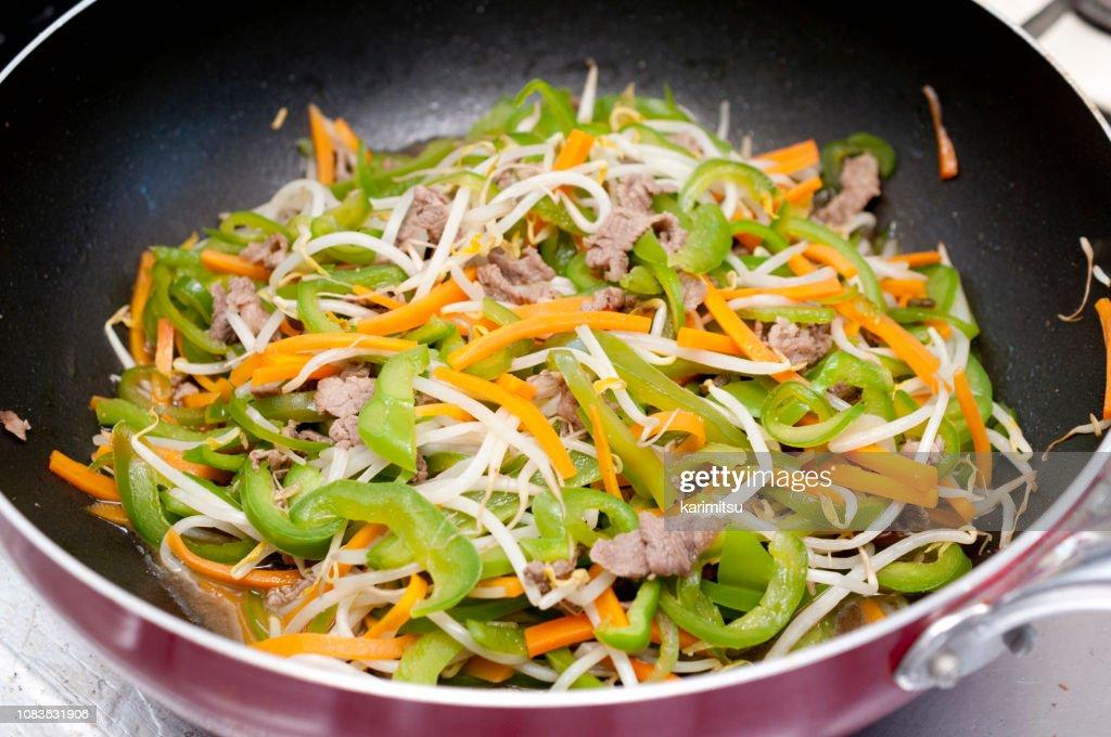 日本料理、野菜炒め、豚肉の細切り : ストックフォト