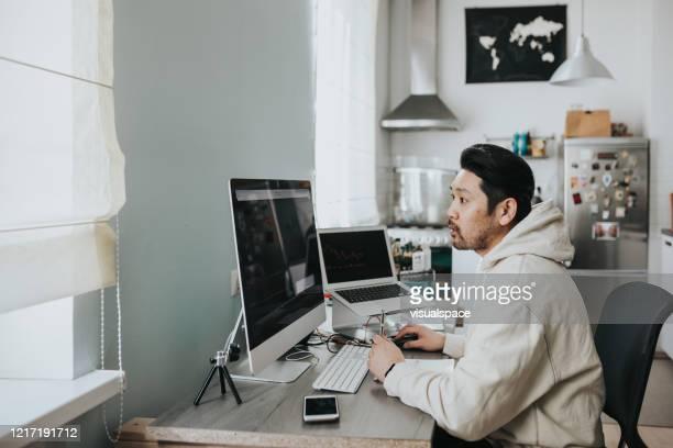 japanischer tageshändler arbeitet zu hause - börsenhandel finanzberuf stock-fotos und bilder