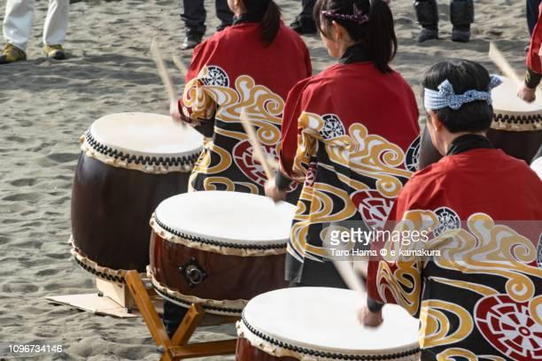 japanese drum on the winter beach for coming-of-age ceremony in japan - seijin no hi fotografías e imágenes de stock