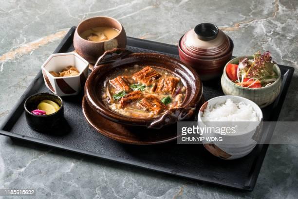 anguila japonesa y huevo con salsa de soja olla caliente - washoku fotografías e imágenes de stock