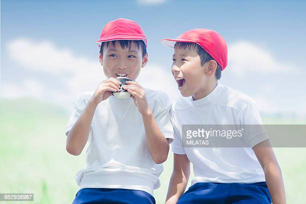 Japanese elementary school students to eat rice balls