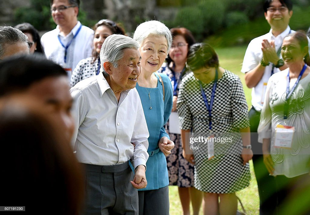 Japanese Emperor Akihito (centre L) and Empress Michiko are greeted by Philippine students that previously studied in Japan, in Manila on January 28, 2016. The Japanese royal couple are in the Philippines on a five-day official visit. AFP PHOTO / JAPAN POOL via JIJI