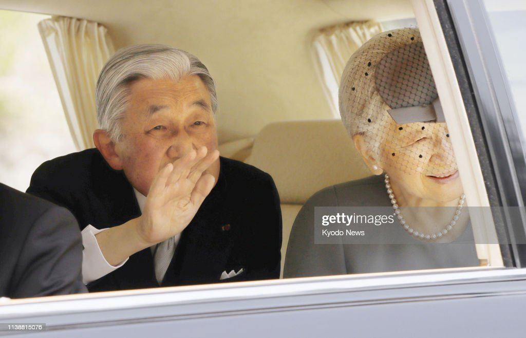 Emperor Akihito visits father's tomb : News Photo