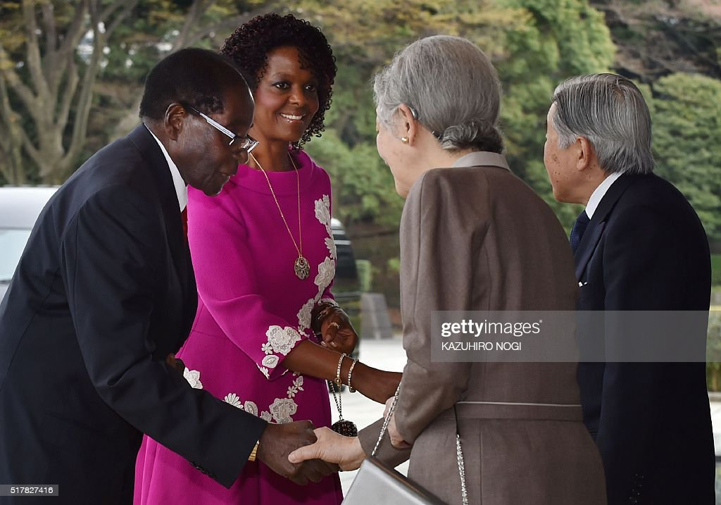 Japanese Emperor Akihito (R) and Empress Michiko (2nd R) greet Zimbabwean President Robert Mugabe (L) and his spouse Grace Mugabe (2nd L) upon their arrival at the Imperial palace in Tokyo on March 28, 2016. Mugabe is on a five -day visit to Japan. / AFP / KAZUHIRO