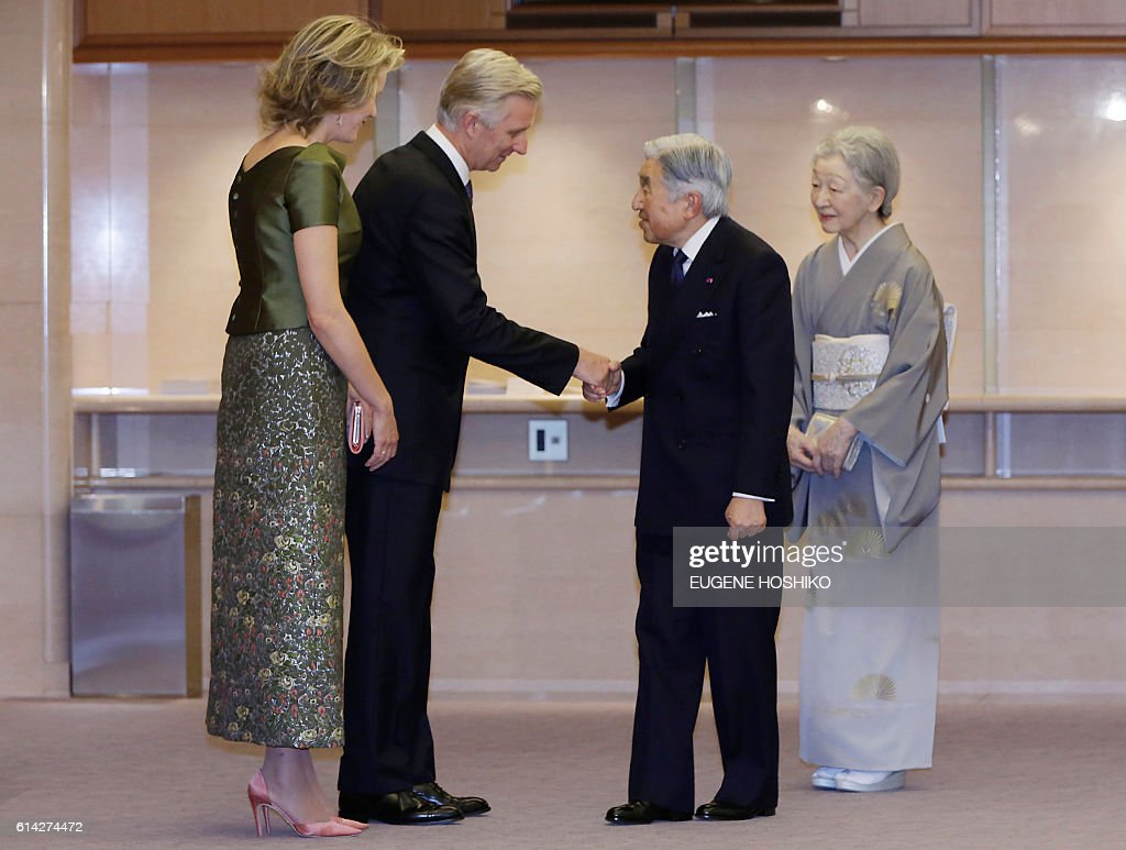 Japanese Emperor Akihito (2nd R) and Empress Michiko (R) welcome Belgian King Philippe (2nd L) and Queen Mathilde (L) upon their arrival for a concert at Kioi Hall in Tokyo on October 13, 2016. The Belgian royal couple is on a state visit to Japan. / AFP / POOL / Eugene Hoshiko