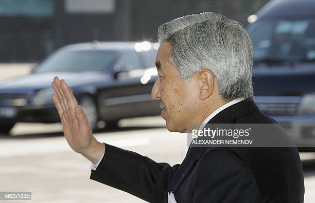 Japanese Emperor Akihito waves farewell to Russian President Vladimir Putin at the stairs of his palace in Tokyo, 22 November 2005, after their...